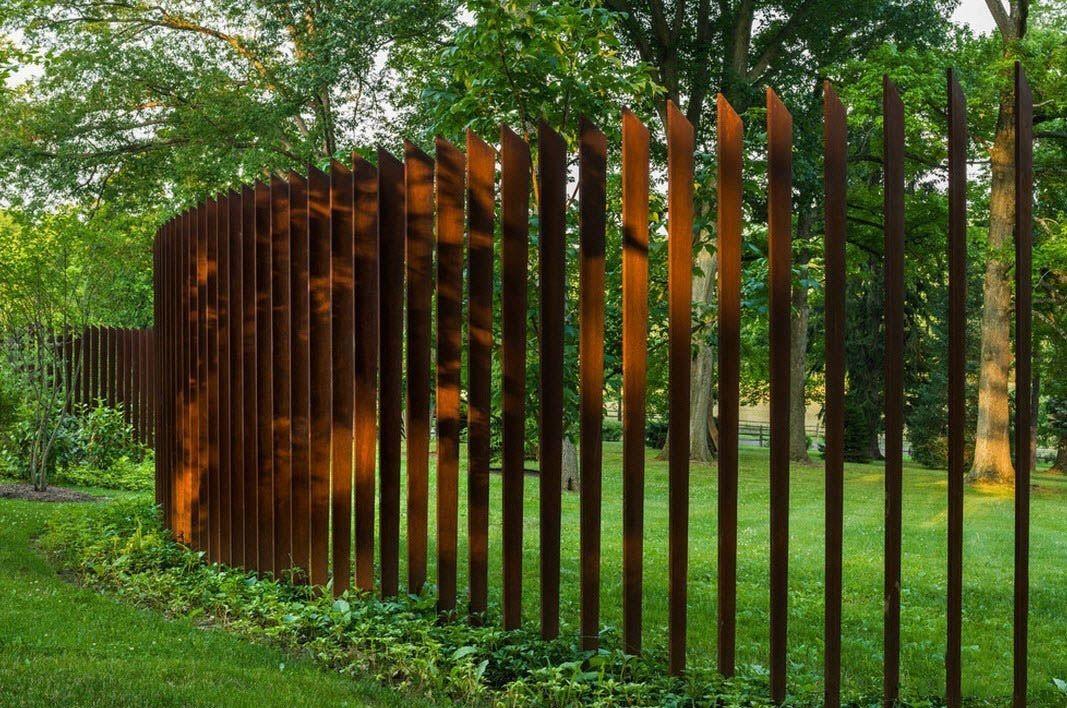 сделать оригинальные заборы из дерева фото садовая клумбе