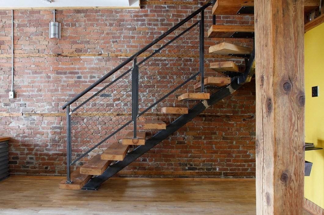 Металлическая лестница в частном доме на второй этаж